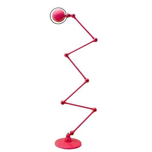 lampa Jielde Loft D9406 Kultowy projekt z lat 40 XX wieku. Lampa stworzona przez francuskiego mechanika Jean-Louis Domecqa jest kwintesencją stylu industrial.Wszystkie modele dostępne są we wszystkich wersjach kolorystycznych, a także w szczotkowanej i chromowanej stali.Ceny:- stal lakierowana (na zdjęciu) - 3115,- - stal szczotkowana - 3559,-- stal chromowana - 3955,-  Do wszystkich lamp z serii Loft pasują żarówki E27 o mocy do 100W. Wymiary: ramiona 6x40cm, średnica podstawy 33cm.