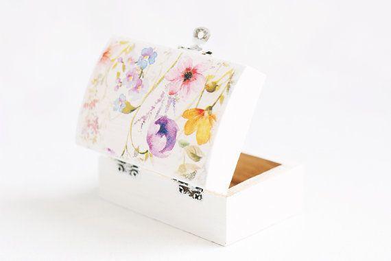 Piccola scatola di legno bianca con i fiori di MissVintageWedding