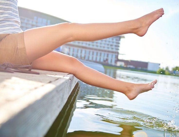 Glatte, makellose Haut ist zu einem Schönheitsideal geworden. Beine, Arme, Achseln und der Intimbereich werden von Stoppeln befreit, damit die Haut glatt und fein aussieht. Doch Haarentfernung birgt das Risiko von eingewachsenen Haaren. Jetzt vorbeugen! http://www.fuersie.de/beauty/pflegetipps/artikel/eingewachsene-haare-vorbeugen-und-vermeiden