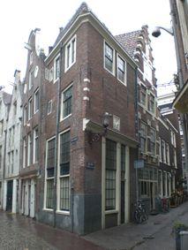 Amsterdam - Enge Kerksteeg 2. De Enge Kerksteeg was oorspronkelijk een steeg die toegang gaf tot het ommuurde kerkhof en de Oude Kerk. De oudste vermelding van het huis dateert uit 1587. Eigenaar was burgemeester Jan Claes Boelens, die het huis als huurhuis exploiteerde. De begane grond van het huis werd vermoedelijk steeds gebruikt als werkplaatsje of winkelruimte. Zo was er in de 18de eeuw de praktijk van een chirurgijn gevestigd en in de 19de eeuw een koffiehuis. De kamers boven dienden…