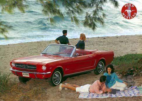 12439 - FORD - MUSTANG 1964 - conversível mulher na praia - 41x29 cm. -