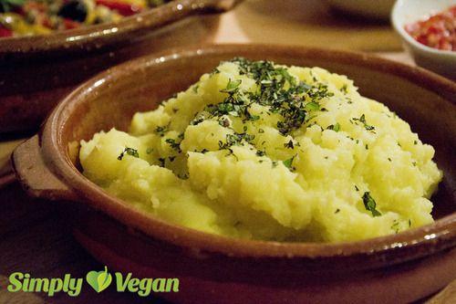 Kartoffel-Paste Zubereitungszeit: 7min (+Kochzeit)Zutaten: (für eine Portion) - 3 mittelgroße Kartoffeln (ca. 300g), mehlig kochend - 4 Knoblauchzehen - 5 EL Olivenöl - etwas Zitronensaft - Salz - Kräuter (z.B. Thymian oder Oregano) zum Garnieren Die Kartoffeln kochen, pellen und zerdrücken. Olivenöl und gepressten Knoblauch dazugeben und alles zusammen mit dem Schneebesen cremig rühren. Mit Salz und ein wenig Zitronensaft abschmecken. Mit Kräutern garnieren.