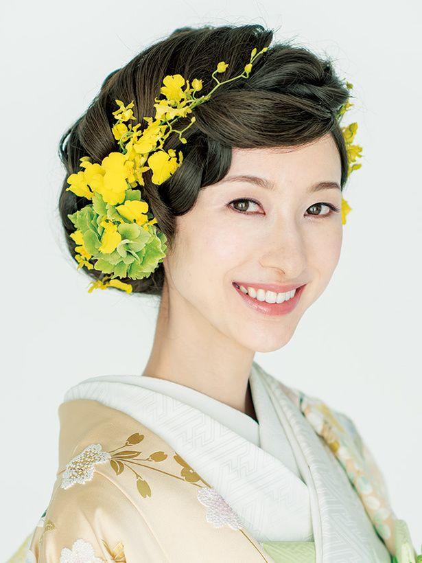 上の編み込み部分に生花を飾れば可憐な雰囲気に! 色打掛に合うシニヨンヘア一覧。白無垢・色打掛を着る際の髪型の参考に☆