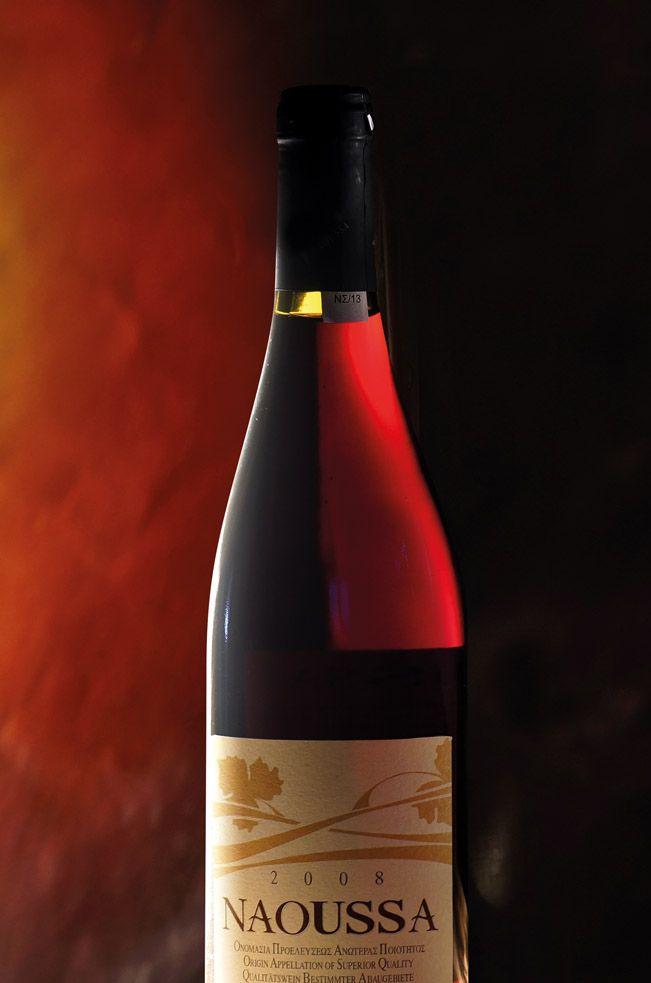 Το ΞΙΝΟΜΑΥΡΟ Οίνος ΠΟΠ ΝΑΟΥΣΑΣ είναι η κυριότερη και ευγενέστερη γηγενής ερυθρή ποικιλία κρασιού της Βόρειας Ελλάδας. Έχει βαθύ κόκκινο χρώμα και χαρακτηριστικό άρωμα φρούτων που εξελίσσεται σε πλούσιο μπουκέτο κατά τη διάρκεια παλαίωσης του για ένα χρόνο σε δρύινα βαρέλια. Η υψηλή οξύτητα και οι έντονες τανίνες που περιέχει, κάνουν το ΞΙΝΟΜΑΥΡΟ Οίνος ΠΟΠ ΝΑΟΥΣΑΣ ένα κρασί ιδανικό για παλαίωση.