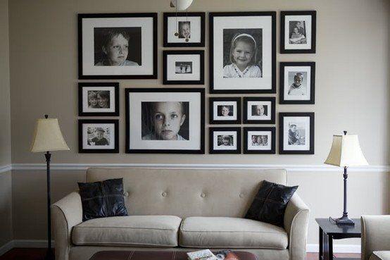 plusieurs cadres photos familiales en noir et blanc