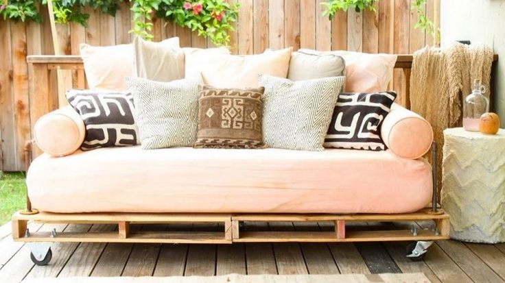 drewniane palety w ogrodzie