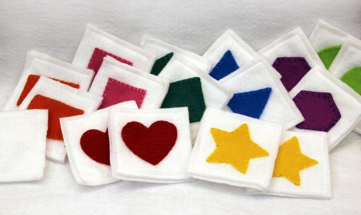 Jogo da Memória em feltro com 16 peças coloridas mais uma branca (mico). Cada peça tem 6 cm.  Saquinho em tecido, com pingente, acompanha o jogo.  Também faço em outras formas, cores e número de peças.