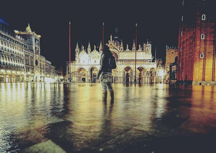 """""""Fra questi pilastri si apre una luce abbacinante e in mezzo ad essa mentre avanziamo lentamente vediamo ergersi il campanile di San Marco sopra un lastricato di pietre a scacchiera mentre da ogni lato gli innumerevoli archi si prolungano in ordinata simmetria come se i casamenti rozzi e irregolari che sovrastano la viottola scura avessero receduto ubbidendo celeri ad un comando e i loro muri in rovina e i grezzi edifici si fossero trasformati in arcate decorate da eleganti sculture e in…"""