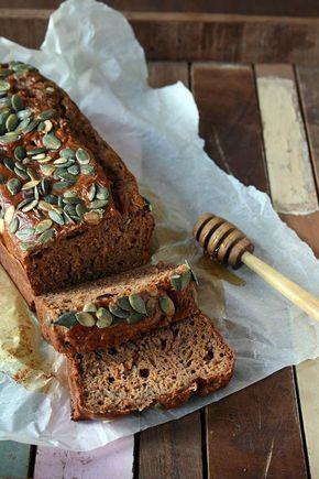 Dit recept voor pompoenbrood is gezond, suikervrij en glutenvrij. De specerijen maken dit pompoenbrood heerlijk kruidig. Lekker als ontbijt met jam, honing of appelstroop.