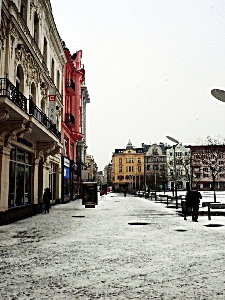 Ostrava. La mayor atracción de Ostrava son los fascinantes monumentos técnicos de importancia europea, así como la célebre calle Stodolní ulice, símbolo de diversión y lugar que nunca duerme. El punto dominante de la ciudad es el singular recinto de La Zona Baja de Vítkovice, incluido en la Lista del Patrimonio Cultural Europeo.