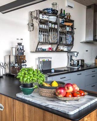 """49 likerklikk, 1 kommentarer – Bolig og Hjem (@boligoghjem) på Instagram: """"God morgen fra dette flotte kjøkkenet. Frukt, urter, retro kjøkkenskap og en indisk Hindustan-hylle…"""""""