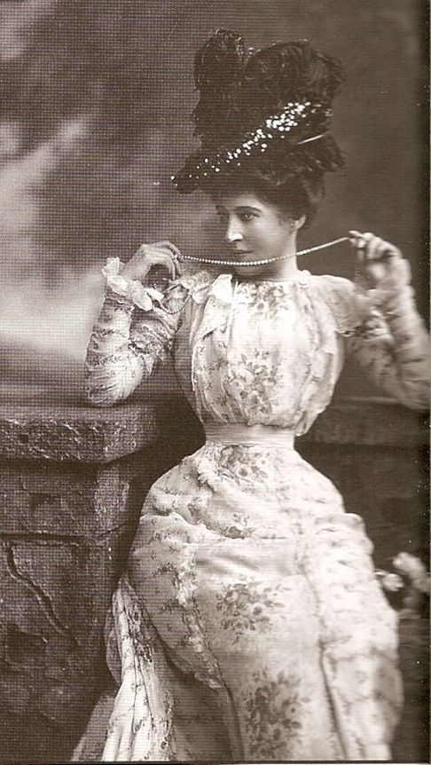 Sultry Lillie Langtry (1853-1929) The red-headed British beauty was considered the aesthetic ideal in Victorian England, and, though she was married, became the official mistress of the Prince of Wales (later King Edward VII). The couple appeared at fashionable parties and at the racetrack together, until she appeared at a costume party wearing the same costume as the future King. He was furious. But instead of apologizing, Lillie dropped a piece of ice down his back. He ended the affair.