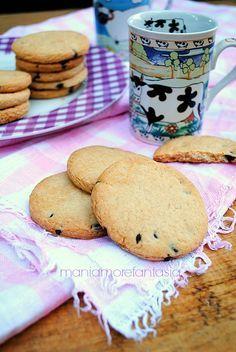 Questi semplici biscotti senza uova, arricchiti da tante gocce di cioccolato sono perfetti a colazione, e ottimi come spezza digiuno durante la giornata.