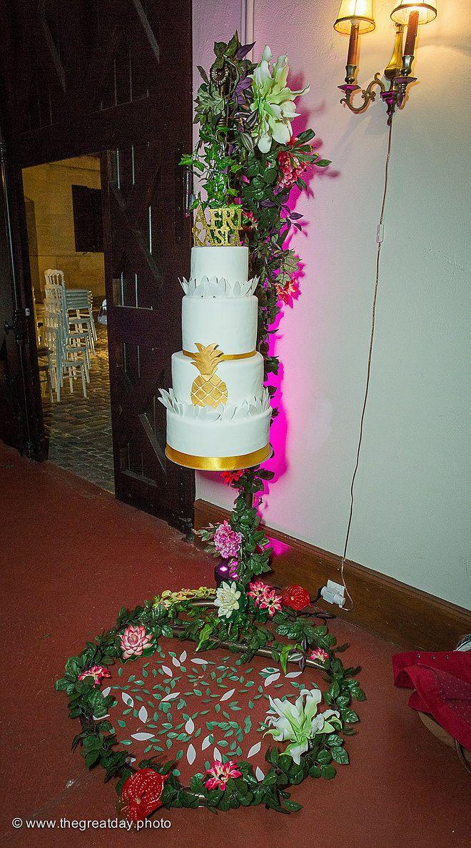 Mariage Afrikasia | La soirée - notre wedding cake de folie suspendus et Pineapple réalisés par Cake en L'air de Géraldine Granzan .  | Crédit photo : www.TheGreatday.photo