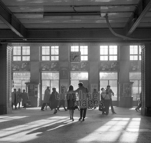 Paris Gare du Nord, 1975 Juergen/Timeline Images #Paris #Bahnhof #Frankreich #Licht #Schatten #70er #70s #Atmosphäre #Städtereise #Pärchen #verliebt #couple #love #romantic #historisch #historical