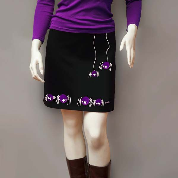 Falda Mini con Arañas. Falda Mini Negra. Diseño: Araña de color violeta. Esta prenda ha sido pintada con Pinturas para tela, inalterables en el lavado tanto a mano como en lavadora. Está disponible sólo en Negro, pero pueden variar los colores de las Arañas. Para colores o dibujos diferentes a los que figuran en stock, consultar con el taller.  Tejido: 90 % Algodón y 10 % Lycra. Lavado a  máquina: 30° Máx. Plancha: calor medio. No usar lejía ni secadora.