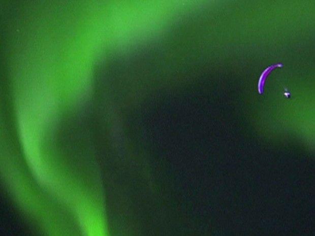 Horacio Llorens se aventurou de paraglider pelo céu de Tromso, na Noruega, sob a aurora boreal (Foto: Reprodução/BBC)