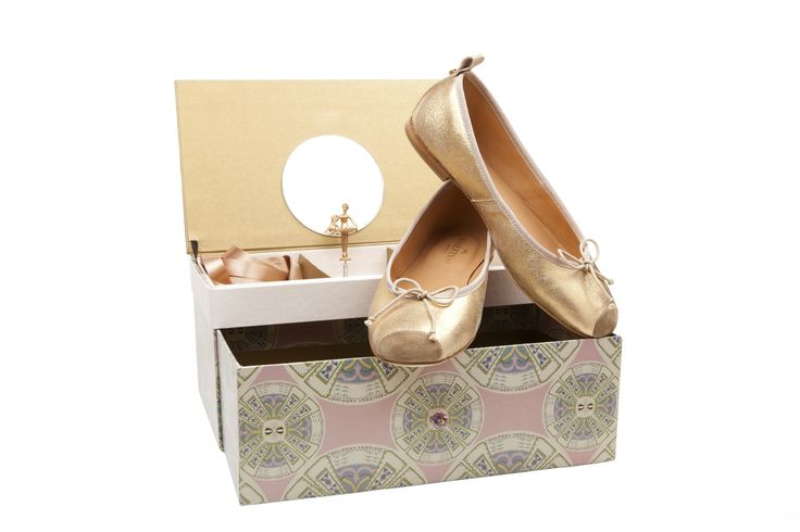 Each box, entirely made by hand and which envelops the Josefinas, and idealized by the young architect Renata Oliveira, was inspired by the patterns of the unforgettable Ballets Russes costumes, perfectly accommodating them.  Each ballerina is painted by sacred art artists. It is the pink Swarovski crystal, on the box's drawer, that will lead you to Josefinas Moscow. #JosefinasSavoirFaire