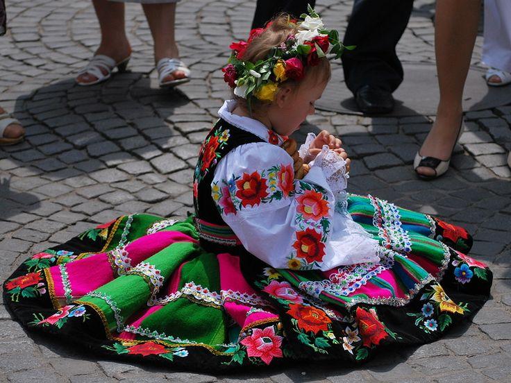 http://www.forvo.com/user/gorniak/  Traditional clothing from Łowicz
