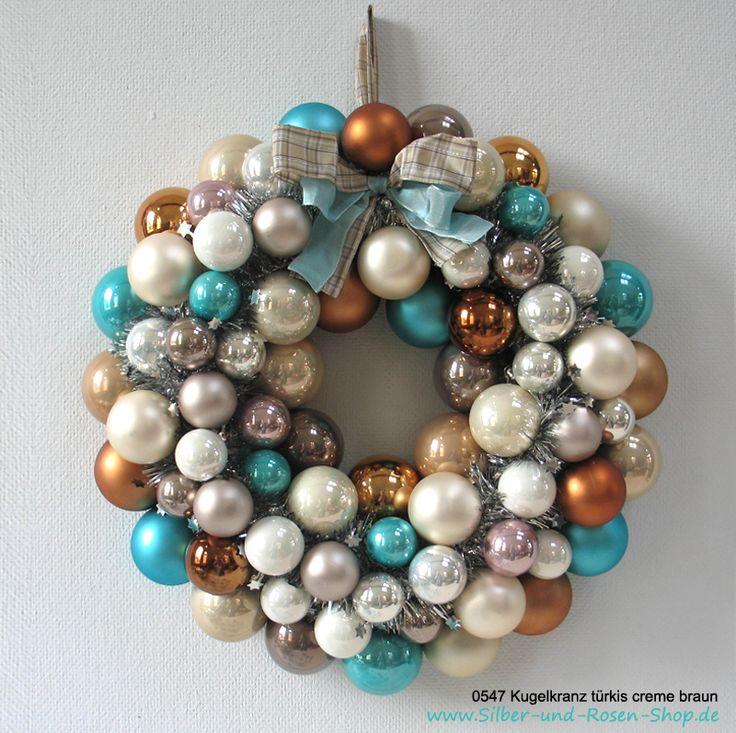 Ich liebe Türkis. Dieser Kranz ist gerade fertig geworden.   Bestellbar unter http://www.silber-und-rosen-shop.de/Tuerkranz-Weihnachten-Kugeln-tuerkis-creme-braun