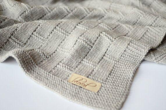 Deze hand gebreide baby deken gemaakt van 100% merinoswol is perfect voor een zacht en snuggly slaap voor kostbare baby. Hand gebreide gooien deken is ongelooflijk zacht, elastisch en zal zeker wikkel baby in warmte en liefde. De perfecte maat voor een reiswieg, wandelwagen, wieg of overal die u wilt toevoegen van een beetje van warmte en stijl. Het maakt een mooie handgemaakte wrap voor pasgeboren fotos, speciale gelegenheden, en ceremonies, zou een praktische nog mooie babydouche of nieuwe…