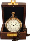 Eine außergewöhnliche maritime Taschenuhr  mit römischen Ziffern und Tachymeterskala 25-300. Auf der Rückseite schmückt sie das Bild eines Ankers und der Schriftzug Titanic. Quartzwerk. Durchmesser: 5,5 cm, mit Uhrenkette. Lieferung in dekorativer Holzbox.