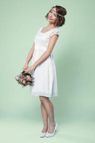 Zarte Spitze und fließende Seide   Labude Kollektion 2016   #Brautkleid für das Standesamt