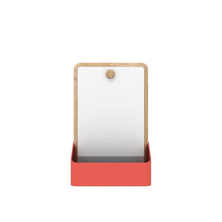 Pin Box con specchio di Universo Positivo è un contenitore dal design moderno pensato per essere fissato a parete. Questo modello è completato da un comodo specchio installato sopra il pannello posteriore in legno massello di rovere a finitura naturale. La parte anteriore è realizzata in metallo piegato. Disponibile in rosso salmone opaco, Pin Box è in vendita online anche senza specchio, in altre dimensioni. È così che Universo Positivo ha immaginato il portaoggetti della sua collezione…