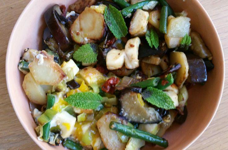 Dit is een heerlijk Libanees groentegerecht met aubergine, prei, aardappel, haricots verts én blokjes halloumi. Het recept stond onlangs in de kookrubriek van Janny de Moor in Trouw.