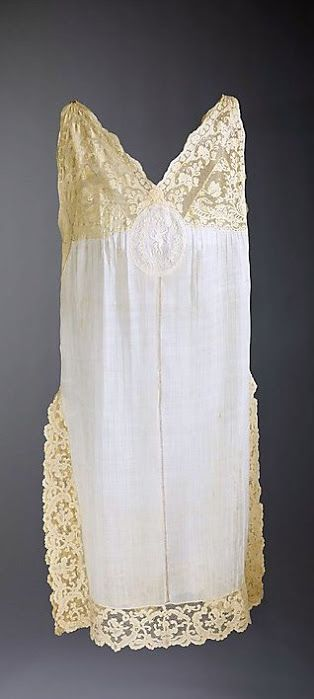 French Nightgown - 1915-25 - Cotton, linen - Worn by Rita de Acosta Lydig - The Metropolitan Museum of Art - @~ Mlle