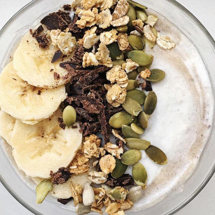«Creamy coconut smoothie bowl with lemon zest and chocolate.... Wow Банано-кокосовый йогурт с лимонной цедрой и шоколадом. Невероятно вкусно и необычно »