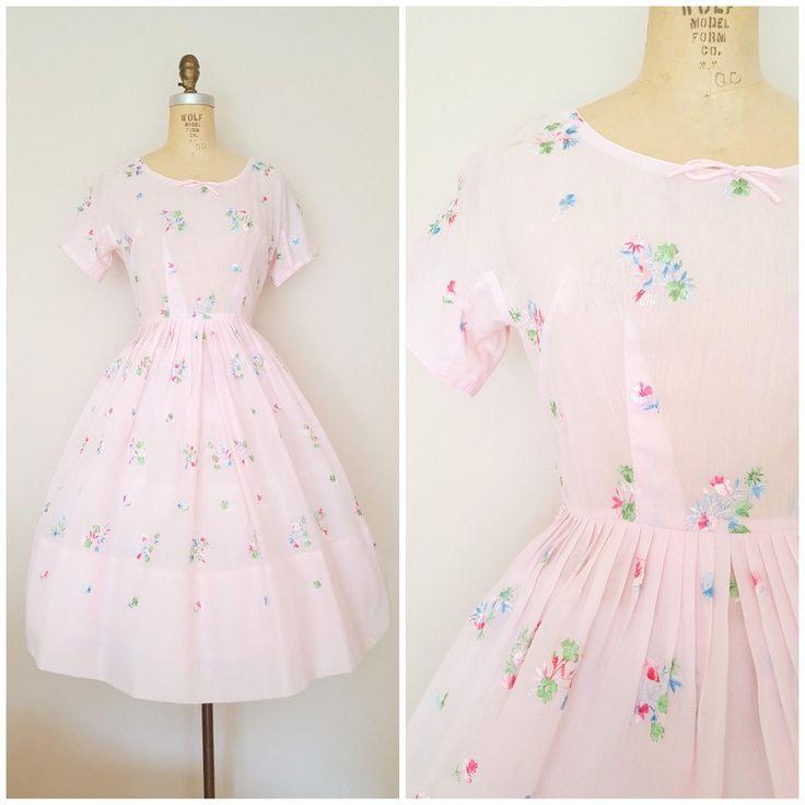 Vintage jaren 1950 roze jurk met kleurrijke bloemen borduurwerk in. Jurk functies korte mouw, ronde hals met kleine boog, uitgerust taille, volledige rok en terug vinyl rits. Bekleed en halve sheer dus een slip is aanbevolen. Zo lief!  Kleur: Roze, met groene, blauwe, witte, roze bloemen borduurwerk Materiaal: katoen Label: N/A (maar ziet eruit als een LAiglon voor mij) Voorwaarde: uitstekend. Geen problemen. Ziet er gloednieuw. Gewassen en klaar om te dragen.  ✂---Metingen Geen tag size…