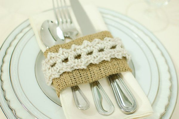 Free crochet pattern to make these burlap and lace place settings. Perfect for your holiday table!