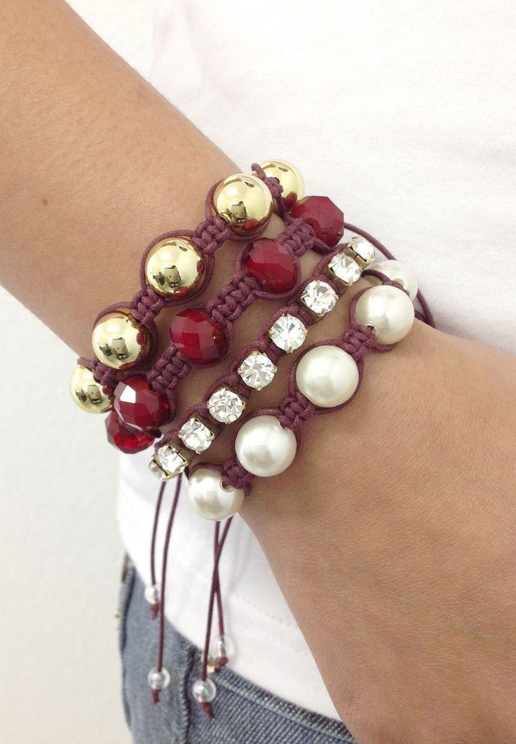 D2200    Kit de pulseiras shambalas, confeccionadas em macramé com cordão encerado na cor bordeaux, composto de 4 pulseiras:  - 1 pulseira de pérolas  - 1 pulseira de strass  - 1 pulseira de cristais facetados na cor bordeaux  - 1 pulseira de pérolas douradas    > Pode ser confeccionado em outras...