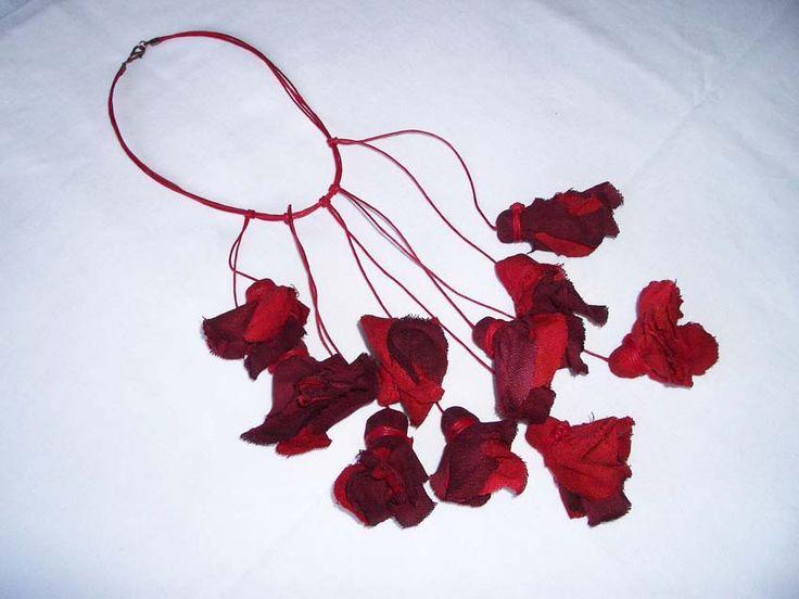 Realizada con telas naturales y teñidas a mano!  Pequeñas joyas textiles para esta temporada!