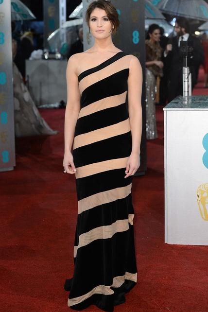 BAFTA 2013  Gemma Arterton con vestido asimétrico combinado en nude y negro, que juega a la ilusión óptica, de Celia Kritharioti.