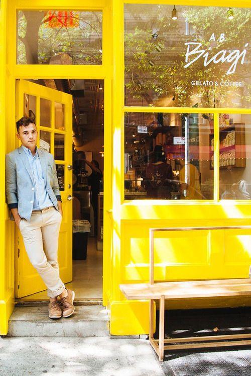 Sunshine yellow storefront! - Kunne være cool med en facade der skiller sig helt ud fra de andre! :-)
