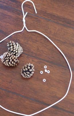 DIY: Pinecone Wreath (Practically FREE) |do it yourself divas. TECHNIQUE BIEN EXPLIQUÉE