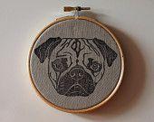 Hoop Art: Pug estampado sobre lino en bastidor pequeño.