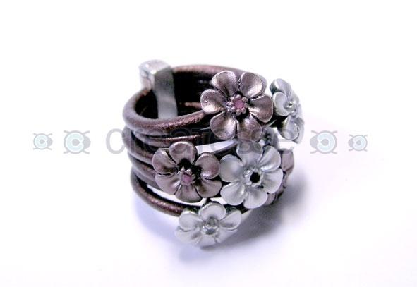 Anillo de cuero y flores de metal esmaltadas