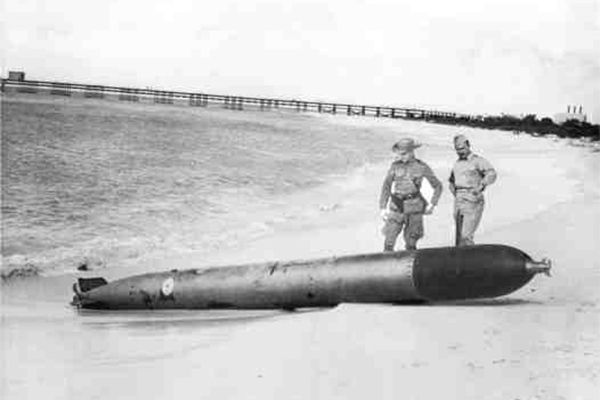 17 Feb 42: The Dutch attempt to disarm an unexploded torpedo that slid to a stop on a beach of the Caribbean island of Aruba, launched by German submarine U-156 during the prior day's attack. The torpedo detonates unexpectedly, killing four Dutch Marines. #WWII #History