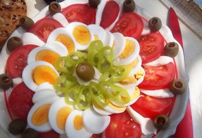 Mozzarella-paradicsom-tojássaláta olívabogyóval