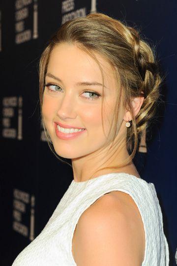 Romántica También te encantará el recogido con trenza de raíz suelta con mechones sueltos de la guapísima Amber Heard.