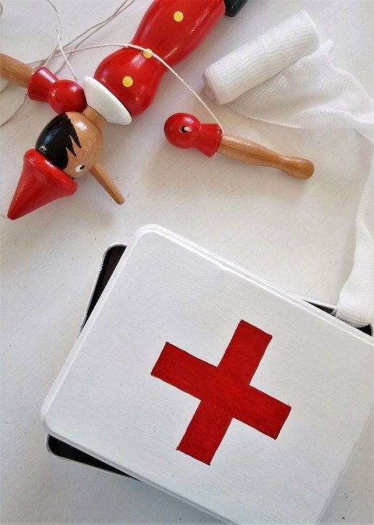 Paint an old metal box and get a brand new first aid box for plaster and pills