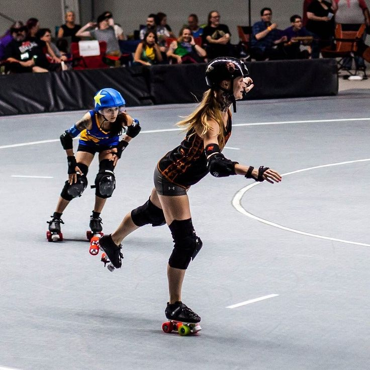 Busting a skate doesn't mean the end of the jam! Bourbon Barbie kept going even after handing the star off! . . . . #dallasderbydevils #deathrowrumblers #wreckingcrew #thisisderby #derby #rollerderby #skatelikeagirl #hitlikeagirl #photography #canon #skate #wftda #track #women