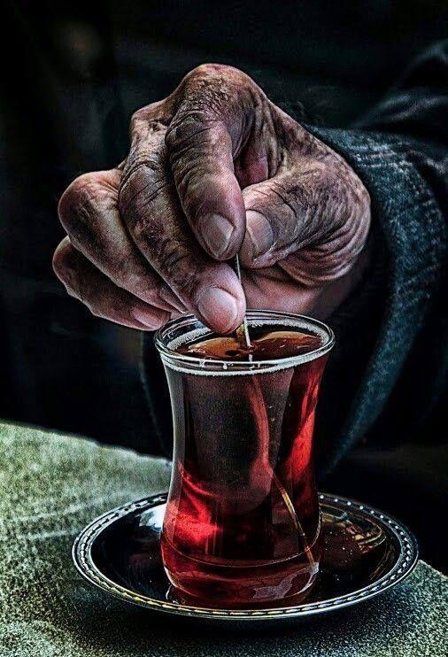…şimdi ölsek en fazla kahvede çaylar soğur…