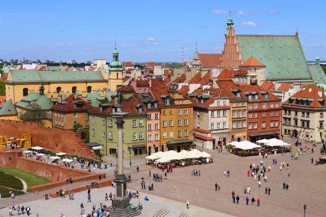 Varsóvia é uma cidade feliz, colorida, cheia de gente nas ruas.