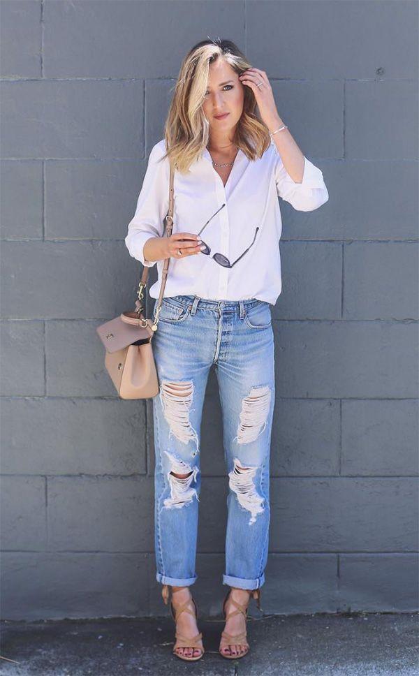 Street style look com camisa branca, calça jeans e sandália nude.