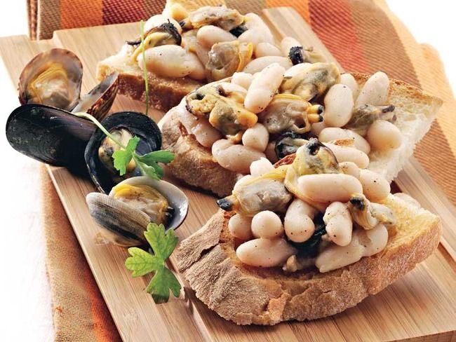 Una ricetta davvero particolare: i crostoni con cozze vongole e fagioli zolfini.Un piatto unico che certamente vi stupirà.Gianluca Nosari