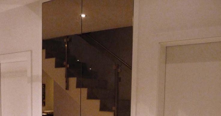 Questo è un armadio a 2 ante tutte a specchio realizzato per un ingresso . Perfetto l'abbinamento col resto dell'ambiente in sile modern...